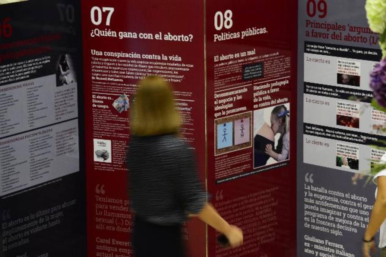Los visitantes pueden apreciar información sobre el aborto y observar material videográfico. foto edh / miguel villalta