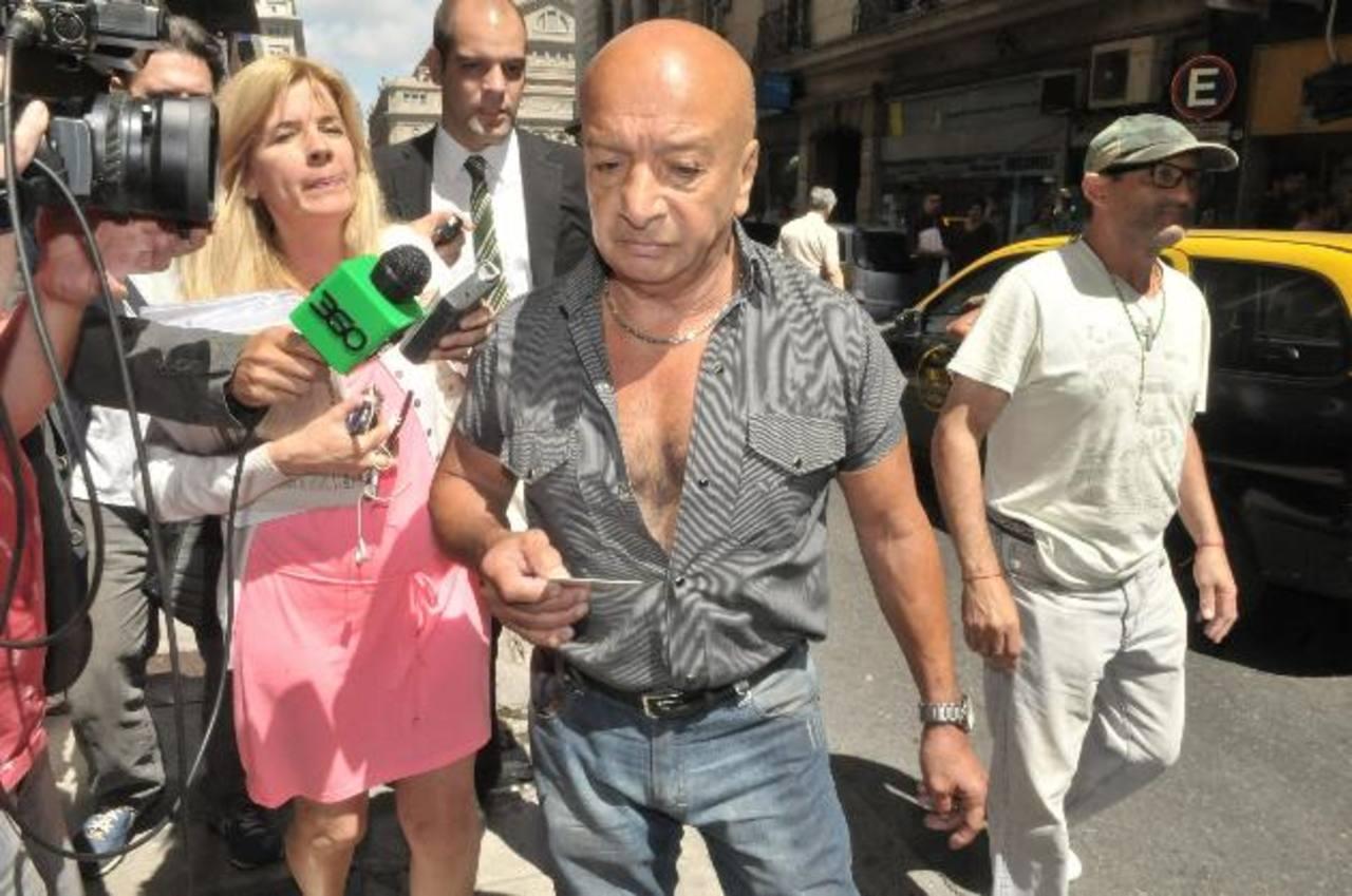 Walter (c), el cerrajero que abrió la puerta del apartamento del fiscal argentino Alberto Nisman, sale de la Fiscalía. foto edh /efe
