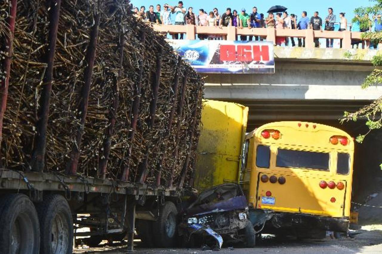 Un vehículo liviano quedó atrapado entre la rastra y un autobús particular.