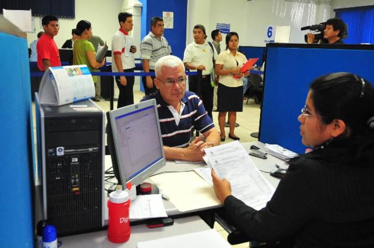 El Fisco se endeuda a inicios de año para pagar las devoluciones renta. Foto EDH / archivo