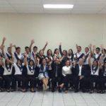 Don Roberto y Doña Celina de Kriete comparten la foto oficial con los 38 estudiantes que se graduaron en San Miguel. Fotos edh / insy Mendoza / Cortesía