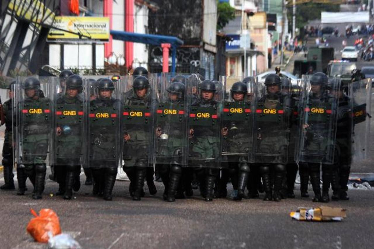 Miembros de la Guardia Nacional reprimieron a los manifestantes durante una protesta en San Cristóbal, Venezuela. AP
