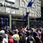 Obreros protestan ante la sede de Petrobras el 10 de febrero por el caso de corrupción en la estatal. foto edh/archivo