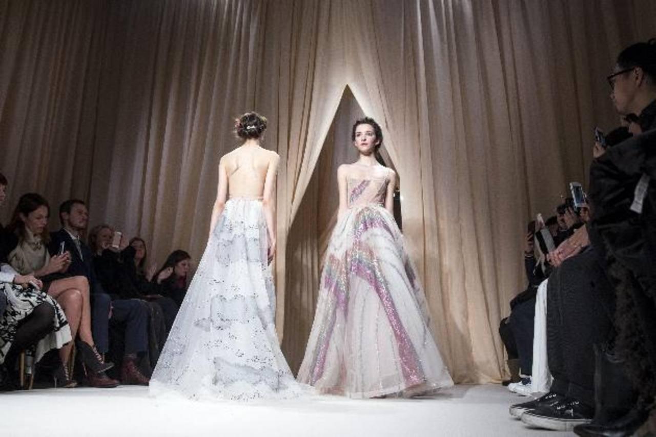 Dos modelos presentan creaciones de la colección Valentino.