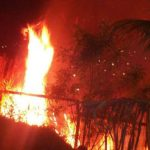Incendio en maleza pone en riesgo colonia en Soyapango