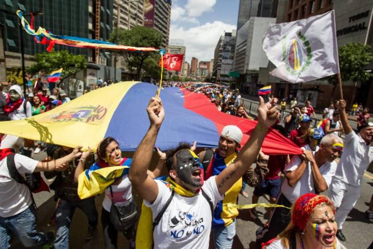 Un grupo de personas participa en una manifestación contra el régimen de Nicolás Maduro, el pasado 24 de junio de 2014. Foto EDH / archivo