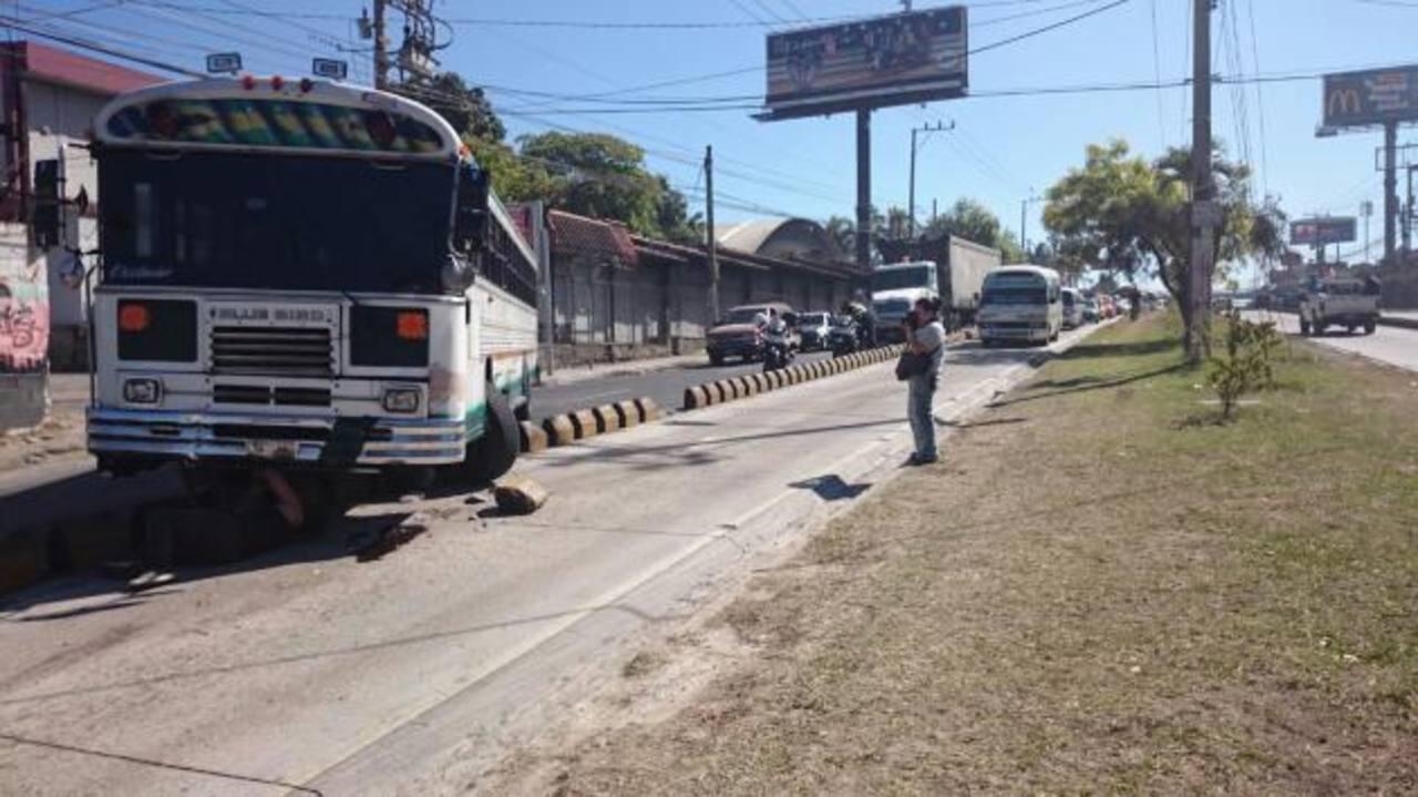 Autobús obstaculiza paso sobre el bulevar del Ejército. /