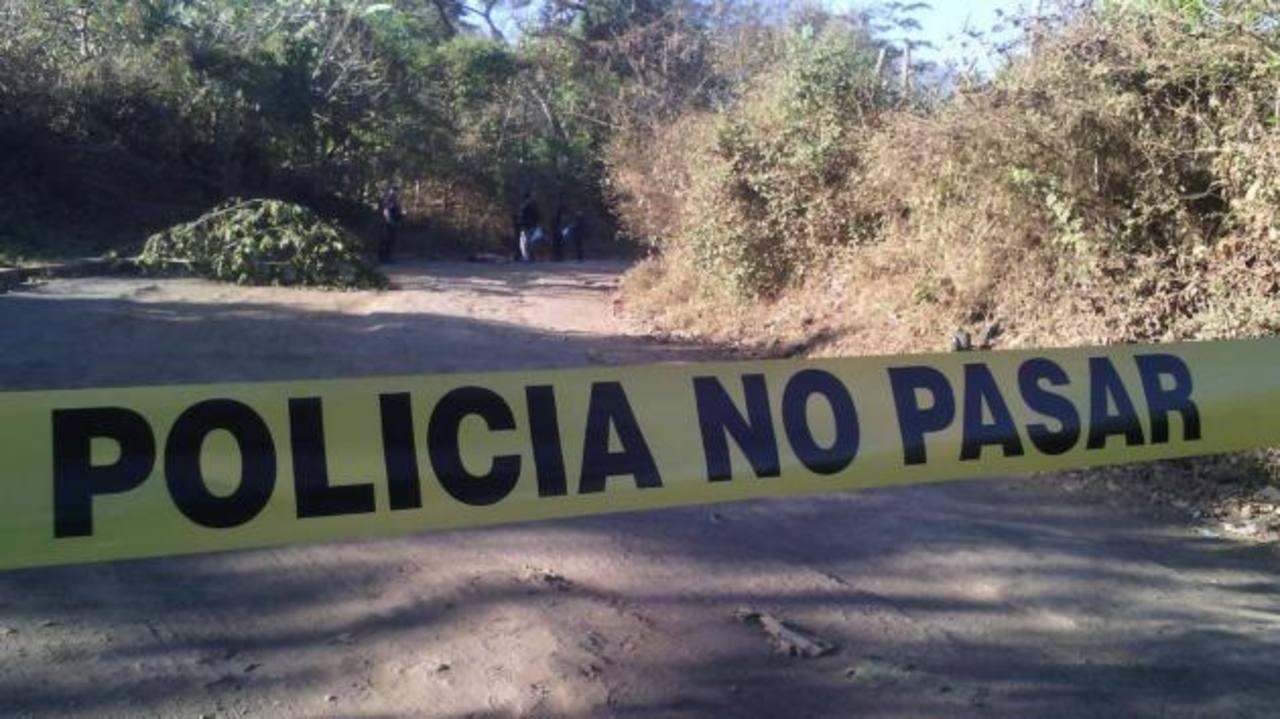 Una mujer fue asesinada ayer por la mañana en la calle principal del cantón Jalacatal de San Miguel. Foto EDH