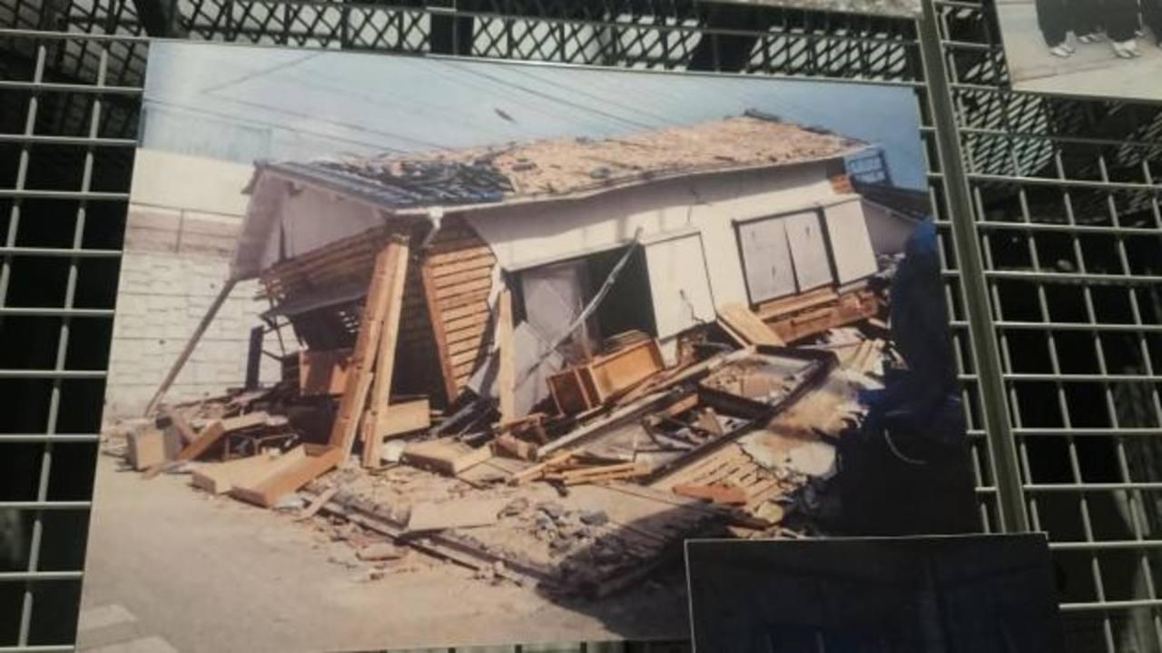 La imagen es parte de la exposición permanente que las autoridades de Kobe mantienen.En la actualidad Kobe es una ciudad llena de muchos edificios y preparada para emergencias.Parte del museo de Kobe, en donde exhiben imágenes del fatal terremoto e i
