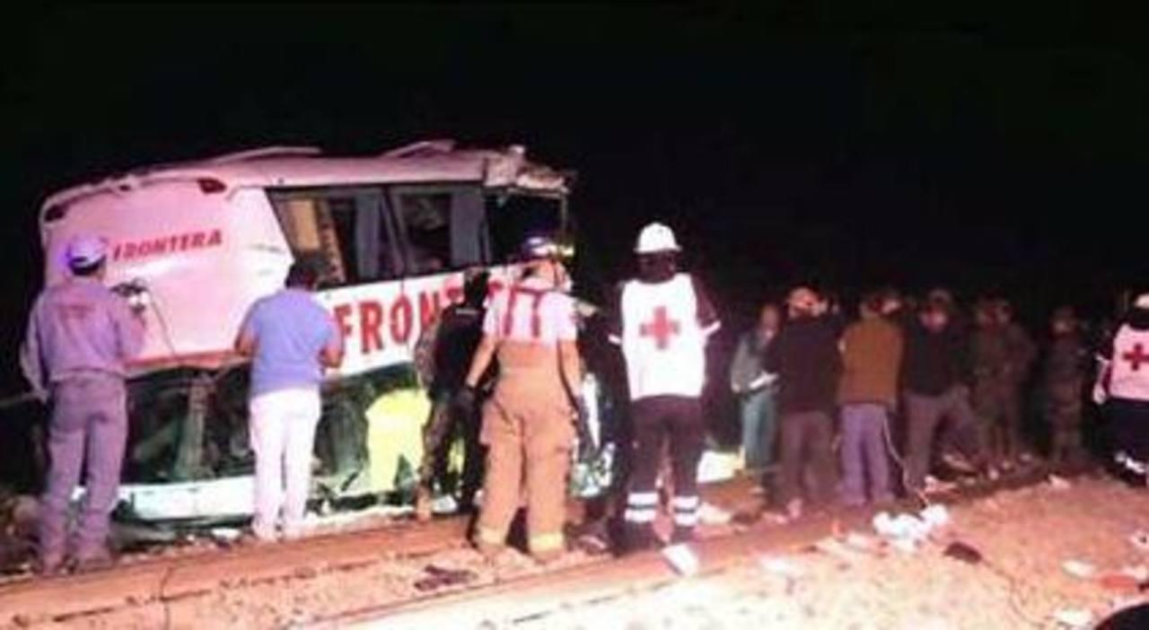 Suben a 21 los muertos por choque de tren y autobús en México