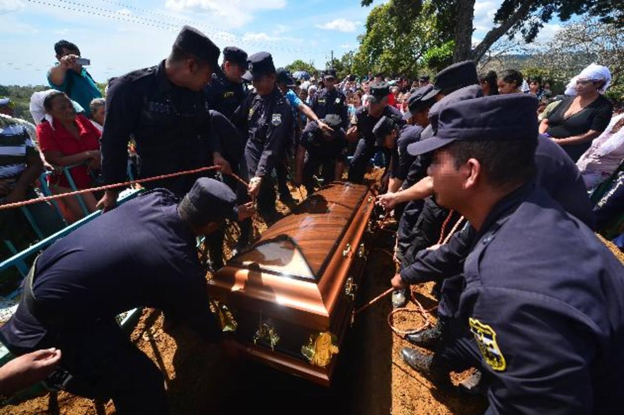 Unas 200 personas asistieron al sepelio del sexto policía asesinado en lo que va del año. Foto EDH / René Quintanilla