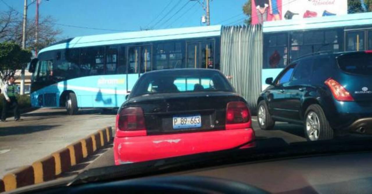 Bus del Sitramss genera tráfico al internar introducirse sobre el carril segregado.
