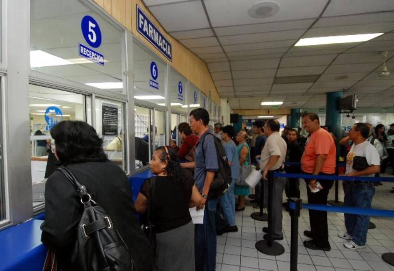 Decenas de derechohabientes esperan que les entreguen las medicinas en una de las farmacias del Instituto Salvadoreño del Seguro Social. Foto EDH / Archivo