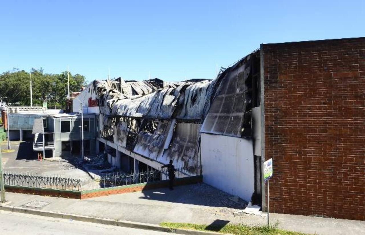 Escombros que dejó el siniestro en las instalaciones de Walmart. Foto EDH / René Estrada