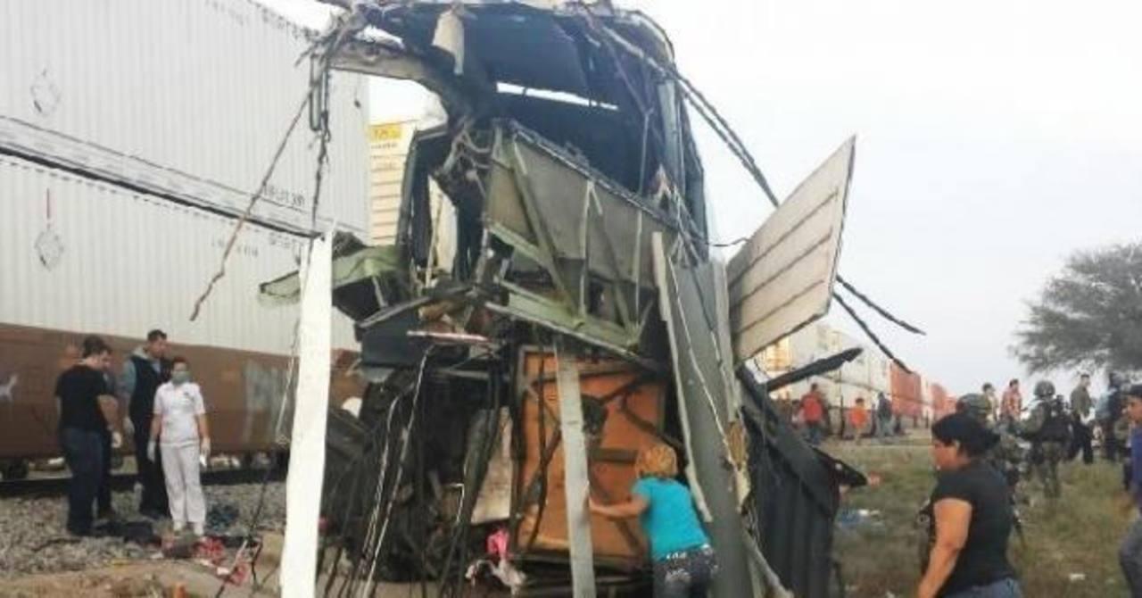16 muertos por choque entre tren y autobús en México