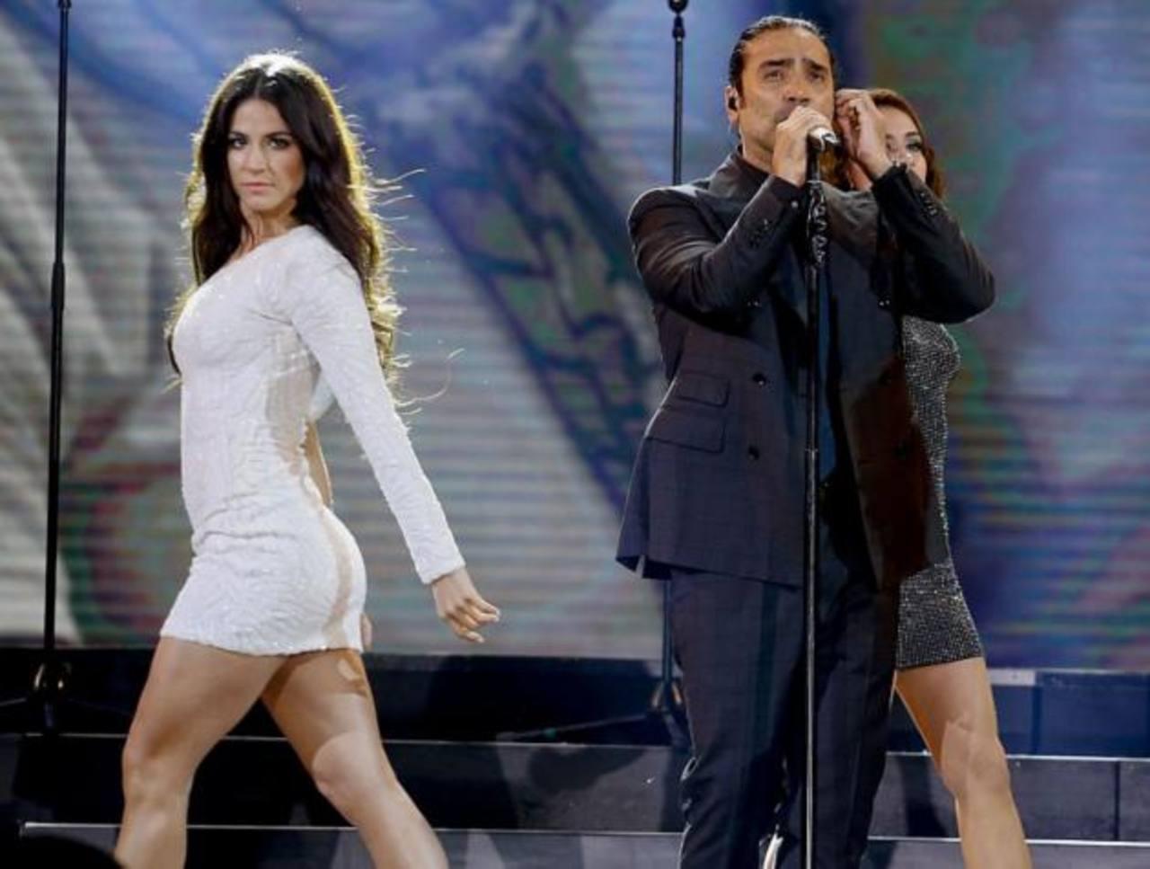 Bella corista se roba la atención en presentación de Alejandro Fernández