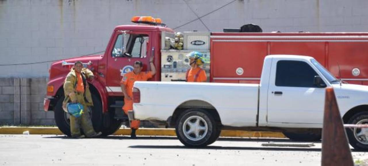 El Cuerpo de Bomberos acudió al supermercado para averiguar la causa de la emergencia. Foto EDH / Iris Lima
