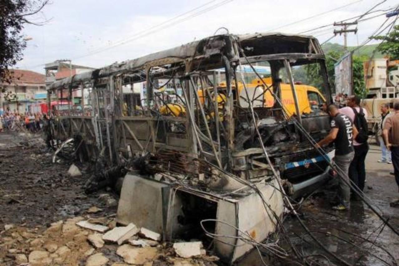 Autobús se incendia tras choque en Brasil, mueren 9 personas