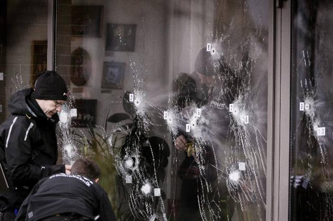 Forenses revisan el exterior del café Krudttoenden, donde hubo un civil muerto y tres agentes heridos. foto edh / efe