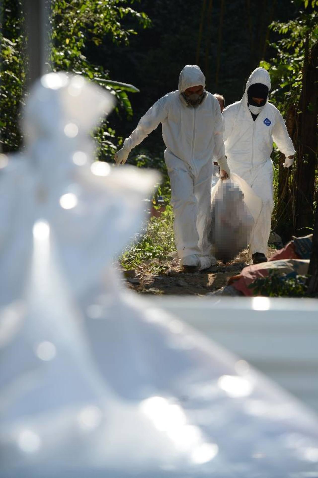 La Policía informó que los hombres estaban atados y tenían varias heridas de bala y quemaduras. Foto EDH / Douglas Urquilla