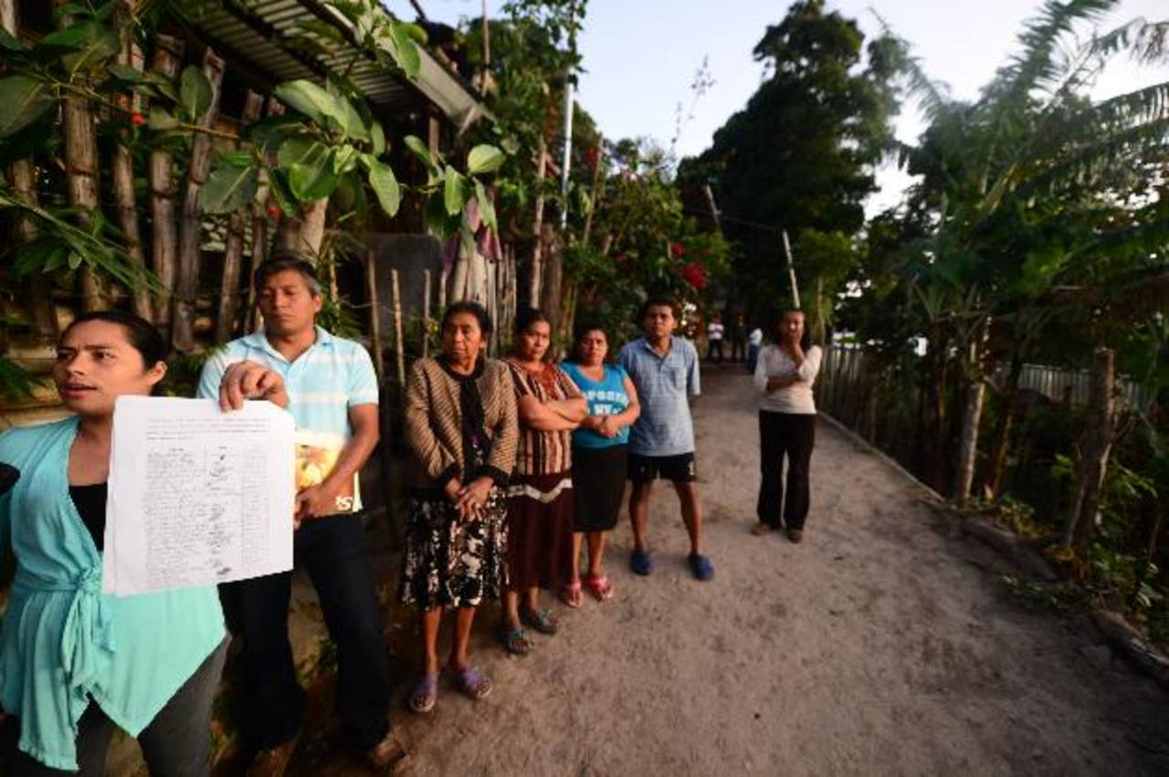 Habitantes de la comunidad Thomás Rodríguez ruegan a las autoridades de la comuna que les den servicios básicos y escrituras. foto EDH / Ericka chávez