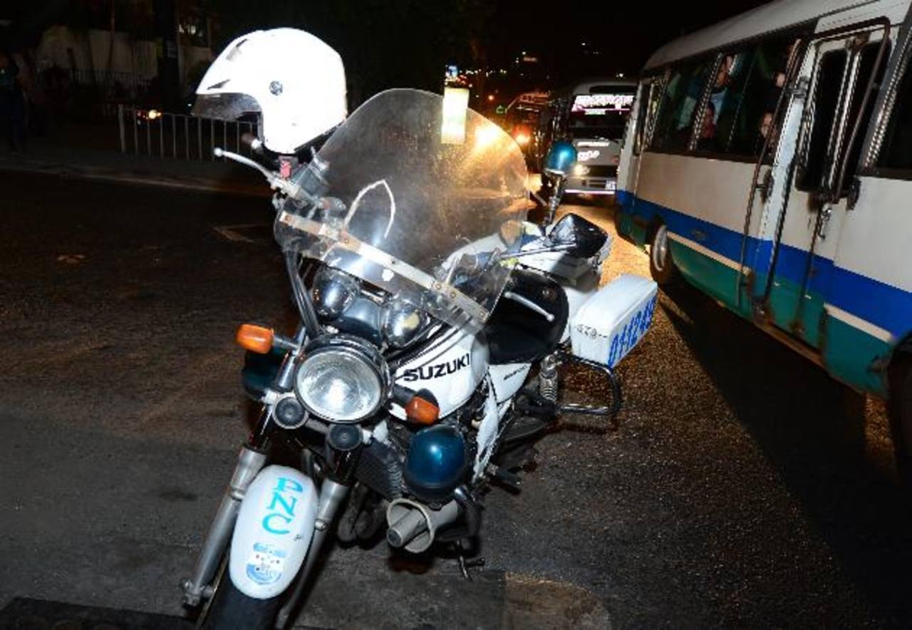 Los policías dirigían el tráfico cuando fueron atacados por sujetos desde la comunidad 22 de Abril, en Soyapango. Foto EDH