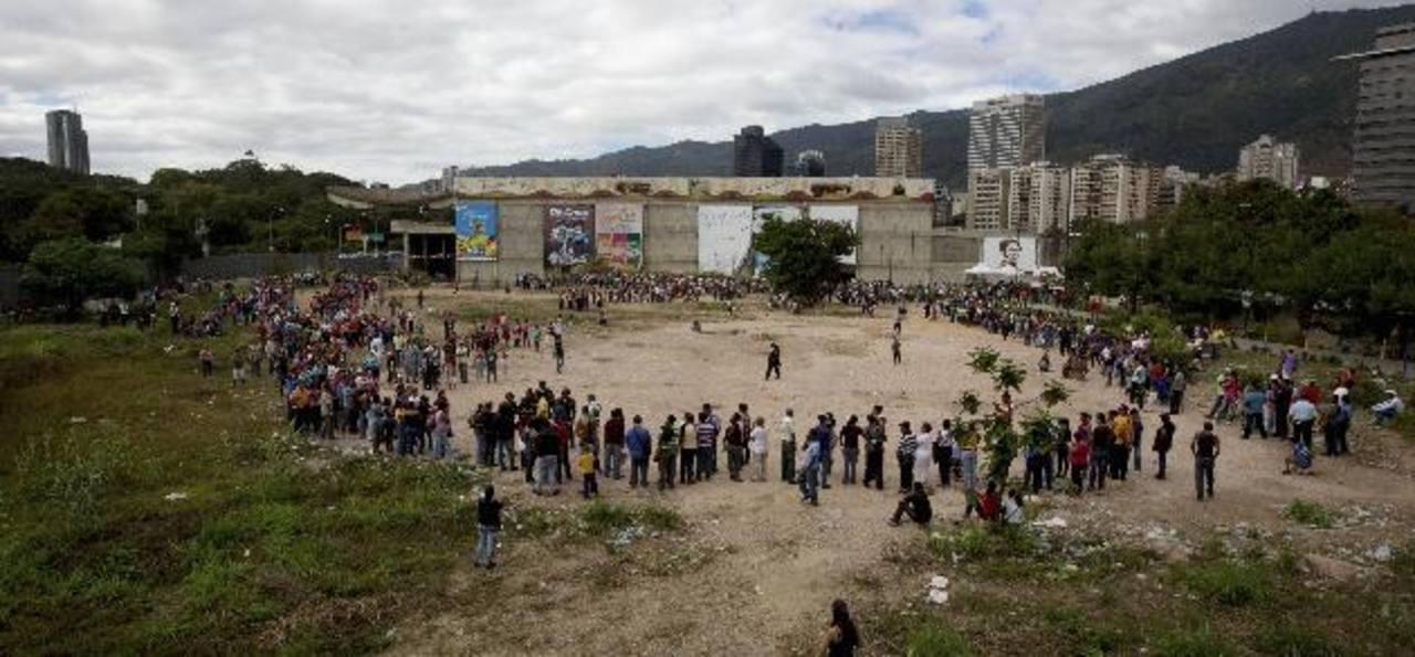 La falta de productos de primera necesidad en todo el país obliga a que los ciudadanos aguarden en tiendas desde la madrugada. foto edh / archivo