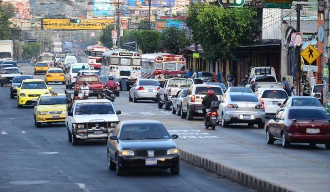 En la Juan Pablo II, los carriles son utilizados por el transporte público y particular. foto edh / MAURICIO CÁCERES.