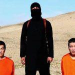 Captura del video colgado en la Internet en el que un terrorista del Estado Islámico (EI) exige rescate por dos japoneses.