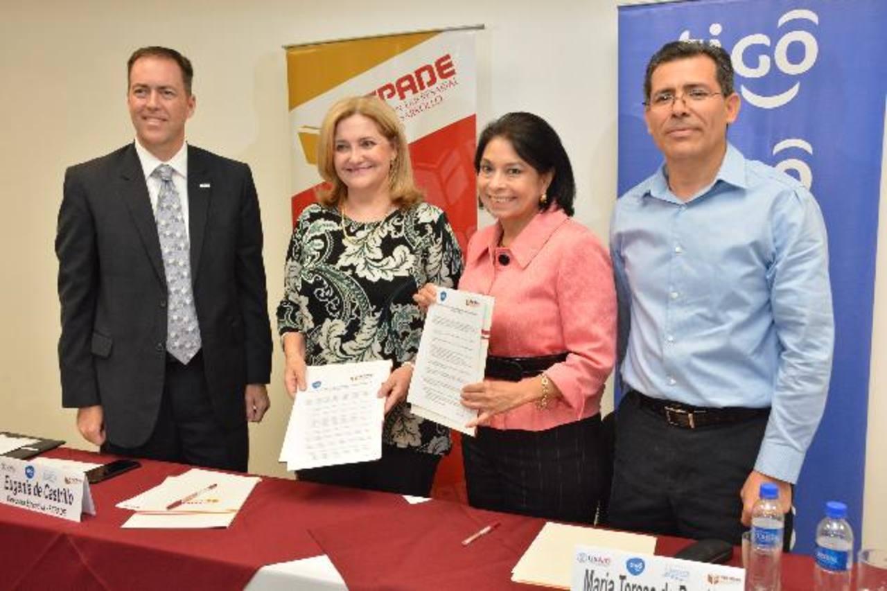 Gregory Howell de Usaid, Eugenia de Castrillo de Fepade y Ma. Teresa de Rendón, de Tigo, en el evento. foto edh / David Rezzio
