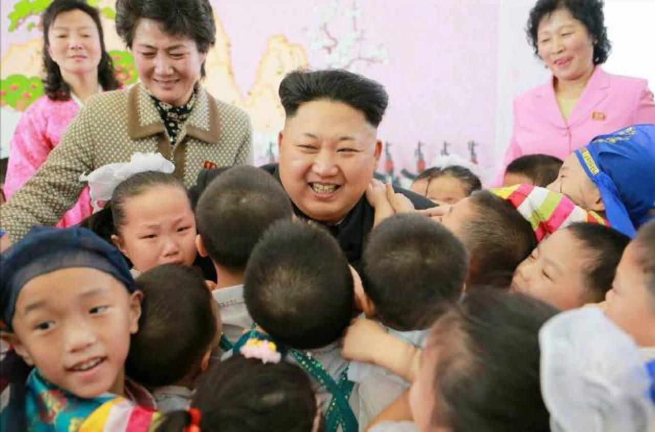 El dirigente norcoreano Kim Jong-un durante una visita ayer a un orfanato en Pionyang (Corea del Norte); el régimen norcoreano no había reaccionado ante las sanciones de EE. UU. foto edh /EFE