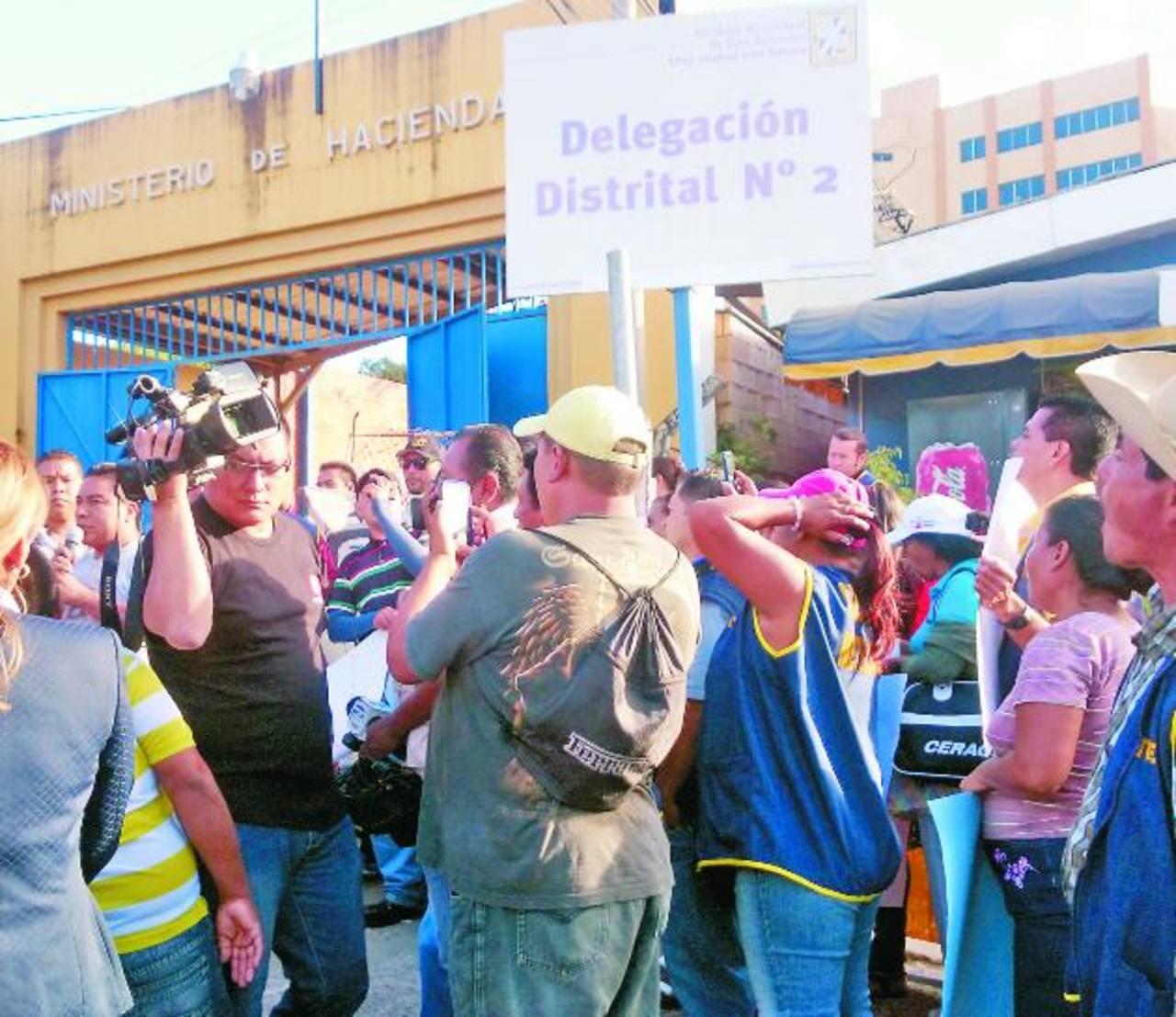 Los manifestantes bloquearon por más de media hora la entrada al Distrito 2 de la comuna. Foto EDH / NIDIA HERNÁNDEZUnos quince vendedores llegaron a la zona. El jefe del Distrito 2 accedió a dialogar con ellos. Foto EDH / NIDIA HERNÁNDEZ