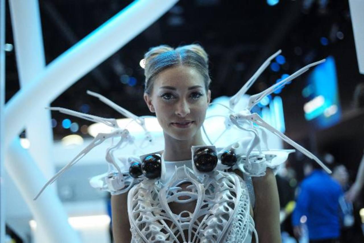 """Ropa con sensores de proximidad. Son la """"tercer fase de la Internet"""", luego de los dispositivos, dijo Shawn DuBravac, jefe economista de la Asociación de Consumidores de Artículos Electrónicos.El espejo del futuro de Panasonic muestra las opciones de"""