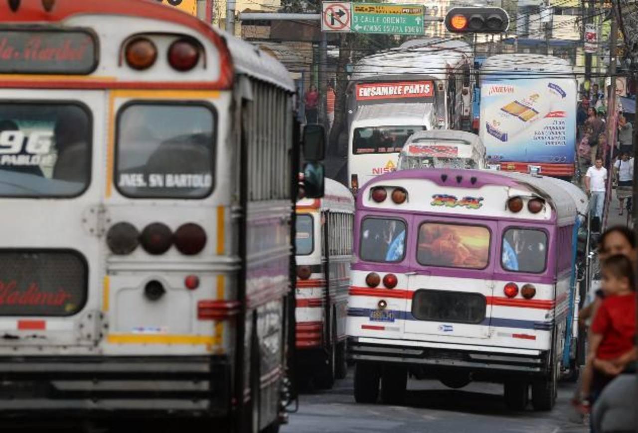Los buses que ya tienen 20 años de fabricación también continuarán recibiendo el subsidio de $400 para bus y $200 a los microbuses . foto EDH / archivo.