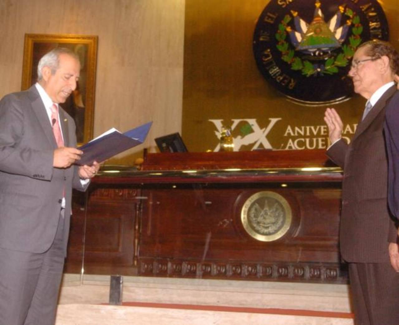 Sigfrido Reyes, presidente del Congreso (izquierda) en 2012 cuando juramentó a Orestes Posada, como titular del TEG.