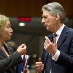 El ministro del Exterior británico Philip Hammond, derecha, habla con la alta representante europea Federica Mogherini