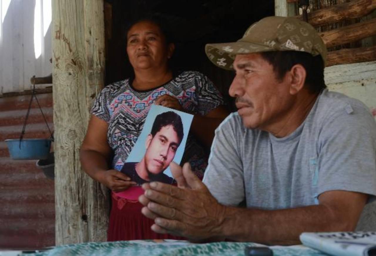 Los padres de Juan José Trejo Torres, de 23 años, oriundos de San Pedro Masahuat, no han podido seguir costeando los pasajes para viajar a San Salvador a buscarlo. Están resignados a hallar a su hijo en las condiciones que sea. Foto EDH / Douglas Urq