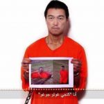 En el video se ve al rehén Kenji Goto Jogo que sostiene una foto de su compañero supuestamente ejecutado. Foto de internet