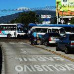 Los buses de las rutas 29 que deben tomar la Calle Concepción, como vía alternativa, bloqueaban la circulación en la Juan Pablo II. Fotos EDH / Marlon Hernández