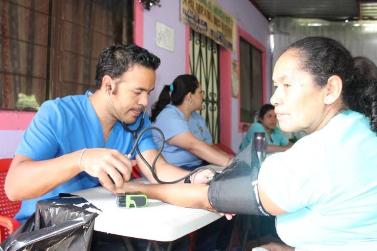 La clínica municipal atendió a más de 100 adultos y niños el pasado jueves. También les entregaron medicina gratuita. Foto EDH / Cortesía