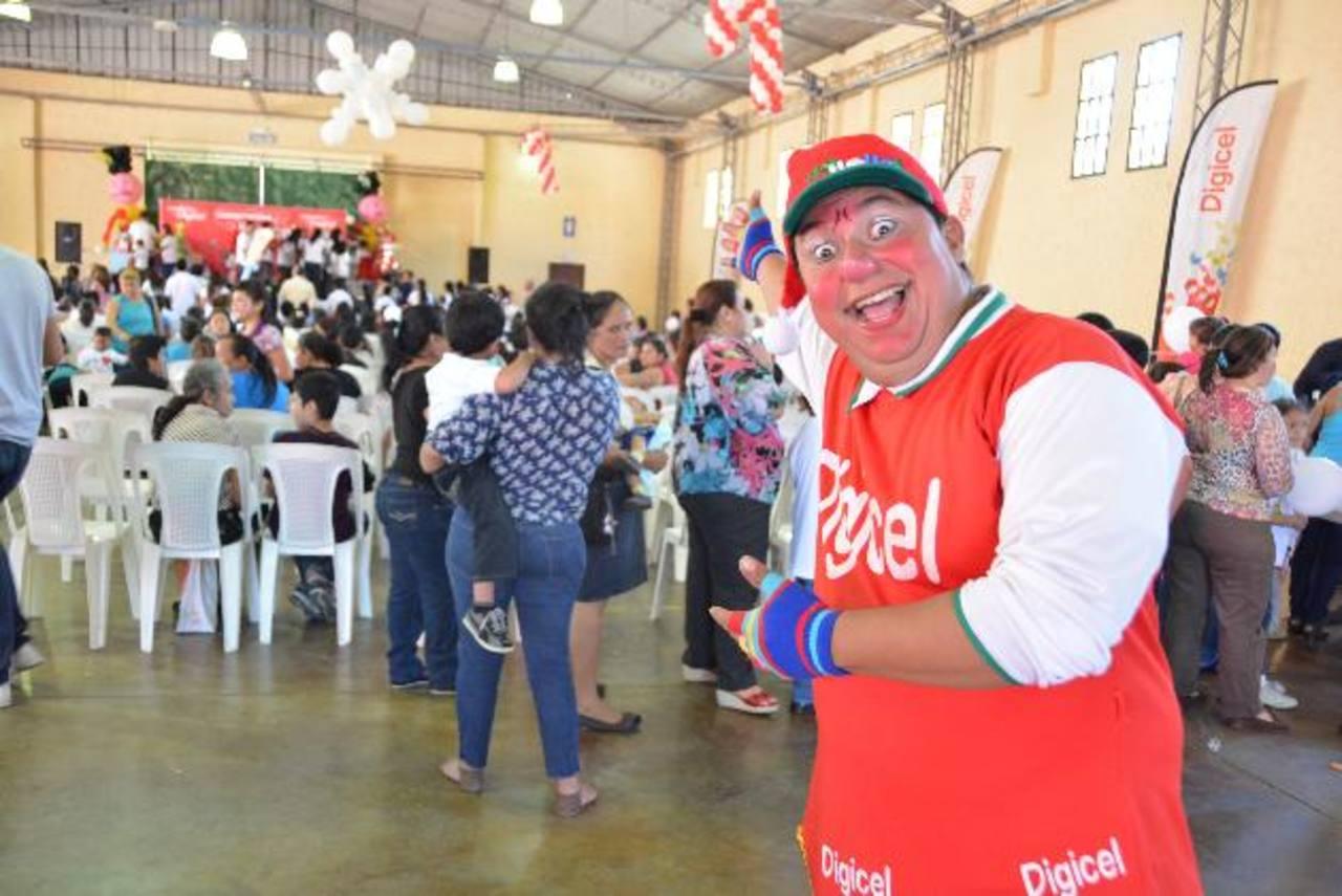 Las fiesta navideña fue realizada con voluntarios Digicel en Cifco. Foto EDH / David Rezzio