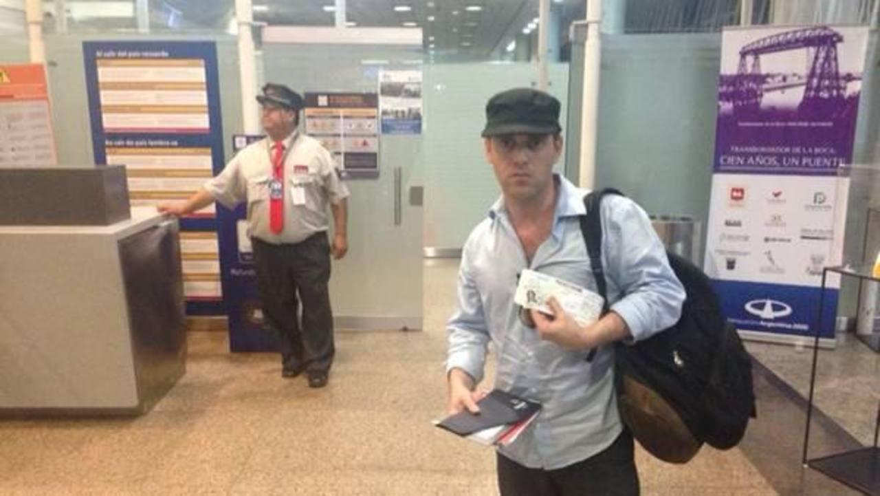 Damián Pachter en el aeropuerto. foto tomada de El clarín