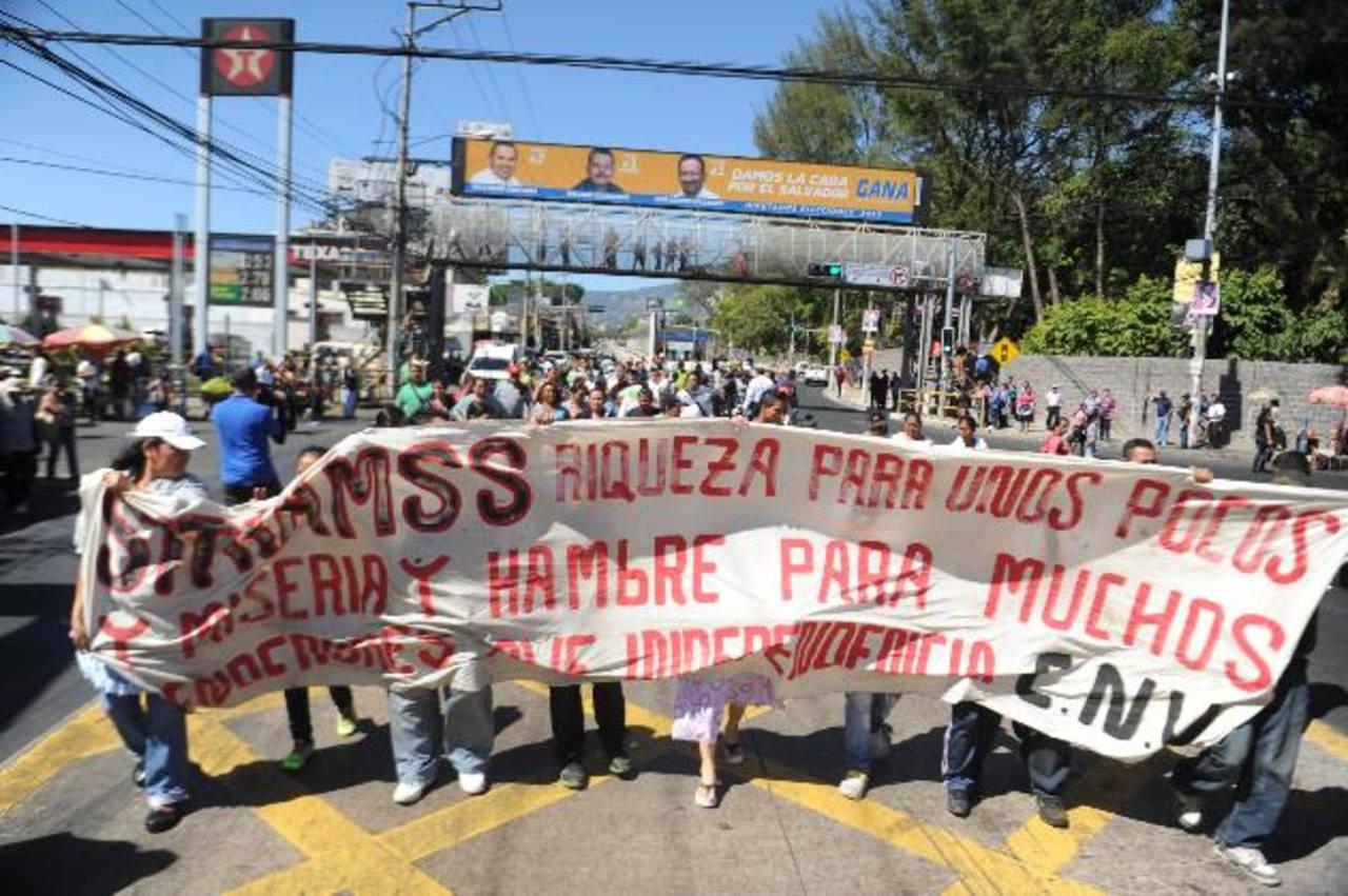 Un grupo de vendedores ambulantes de Soyapango y la avenida Independencia bloqueó los carriles del Sitramss.