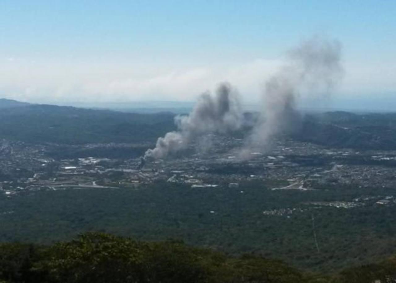 Incendio fue captado desde la calle al Boquerón, en Ciudad Merliot, Santa Tecla.