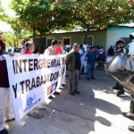 La marcha de maestros fue detenida por la UMO a escasos metros del centro donde se inauguró el año escolar.