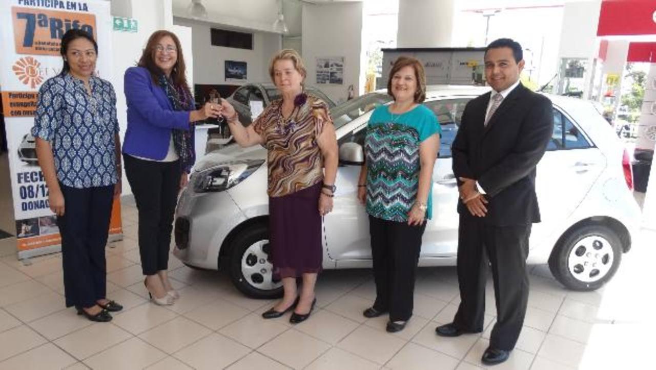 Representantes de la Fundación Dei Verbum entregaron el automóvil. Fotos EDH/ Cortesía