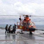 Miembros de la Marina recuperan el cadáver de una de las víctimas del vuelo QZ8501