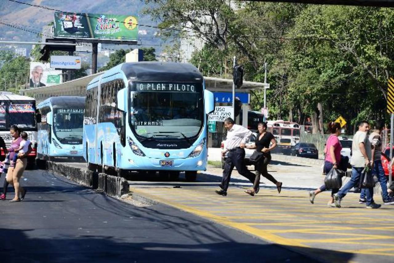 Los peatones que necesitan cruzar la vía tienen que pasar por los carriles segregados. FOTO EH / Salmón Vázquez