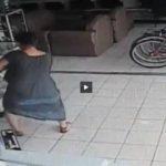 VIDEO: Mujer roba televisor metiéndolo entre sus piernas