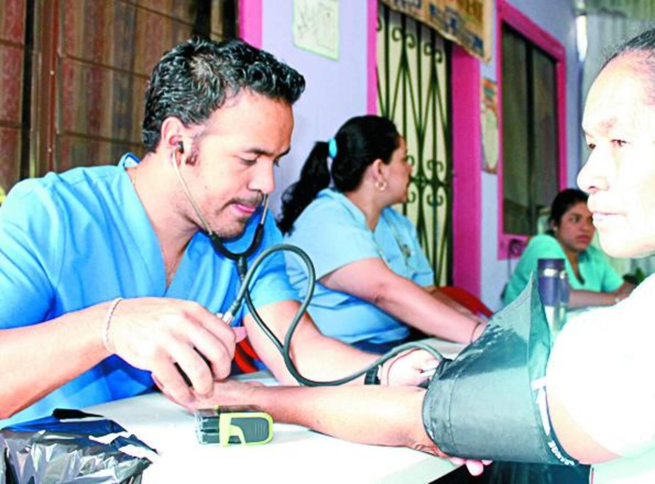 La clínica municipal atendió a más de 100 adultos y niños. También les entregaron medicina gratuita. foto edh / CORTESÍA